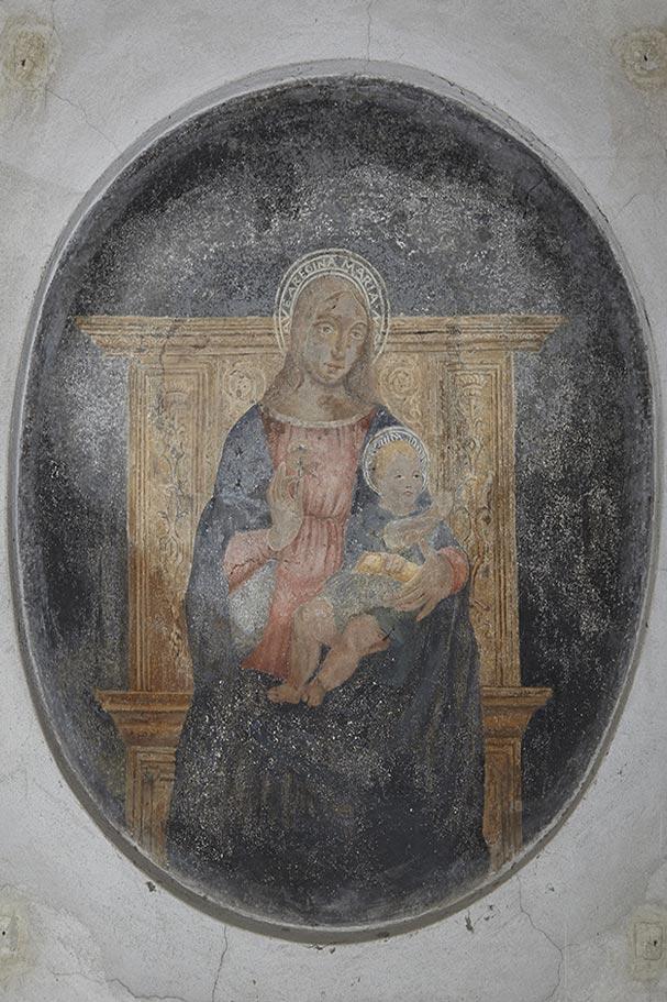 Affresco Madonna benedicente con bambino in trono (autore ignoto sec. XV).